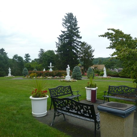 Tarrytown House Estate on the Hudson: Walking to Biddle House