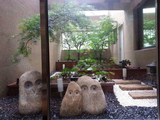 Pacific Hotel: 二階に庭がありました。ふくろうをモチーフにして良い感じ。