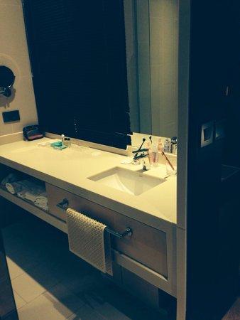 Pacific Hotel: 洗面台。トイレとシャワー、ガラスで区切られてました。トイレは、最新の設備でした。