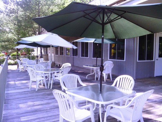 Clinton Inn: Dining on the deck of The Hearthstone Restaurant