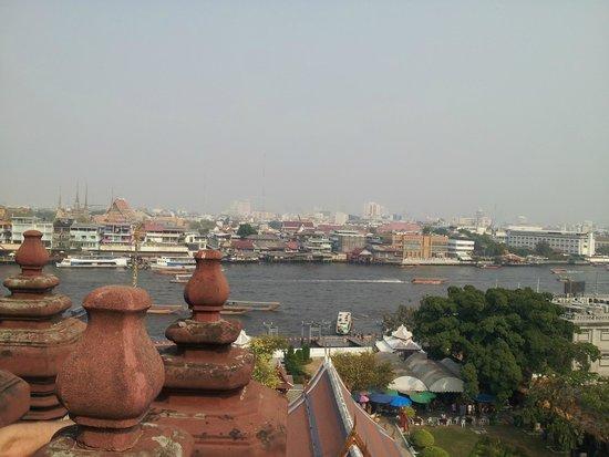Wat Arun (Tempel der Morgenröte): チャオプラヤ川の対岸の風景