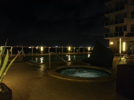 Sonesta Coconut Grove Miami: The pool area at night
