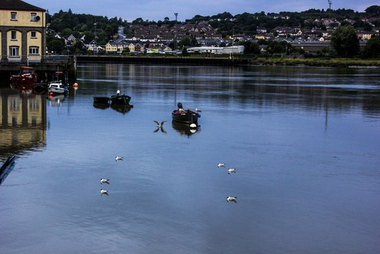 Waterford Marina Hotel: looking up river from the decking area outside the bar