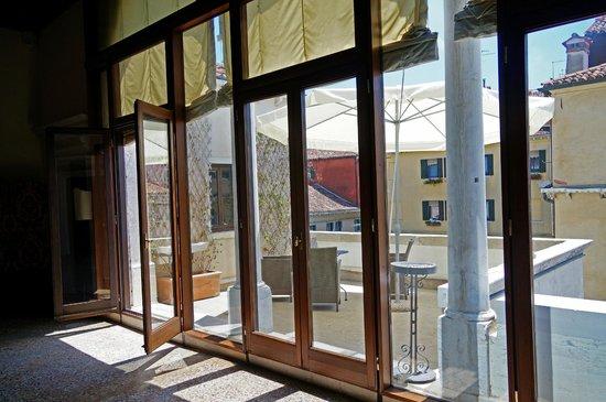 Palazzo Contarini della Porta di Ferro: Balcony overlooking courtyard