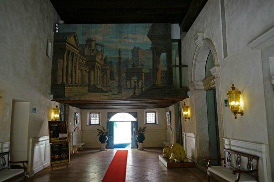 Palazzo Contarini della Porta di Ferro: Main hall (entrance area)
