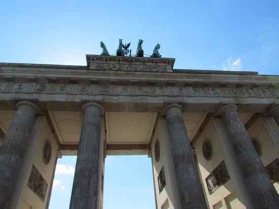 Puerta de Brandenburgo: Portão de Brandemburgo de dia