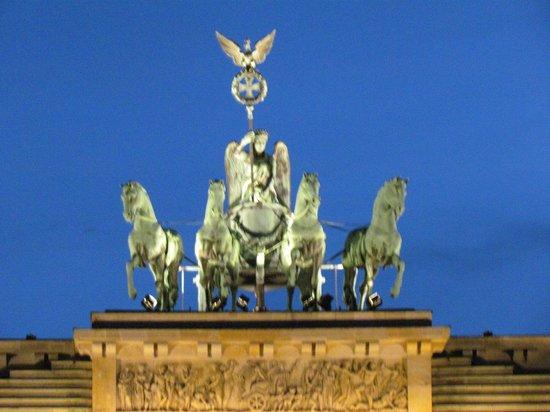 Puerta de Brandenburgo: Portão de Brandemburgo iluminado