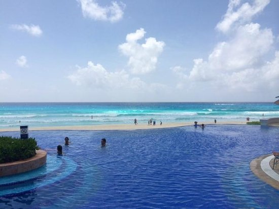 JW Marriott Cancun Resort & Spa: beachfront pool