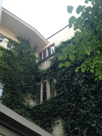 Savic Hotel: Interior courtyard in Summer - nice place to enjoy meals/drinks or relax