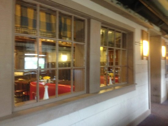 Olde Tymes Restaurant: Porch seating area