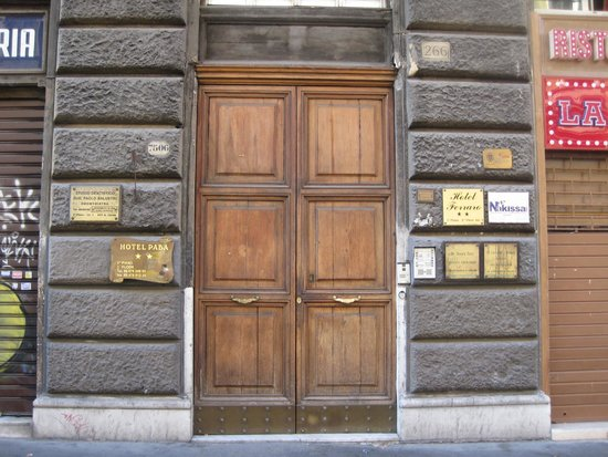 Hotel Paba: Street Entrance