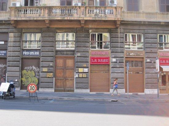 Hotel Paba: Entrance Centered Under Balcony