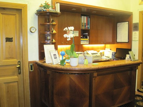 Hotel Paba: Front Desk
