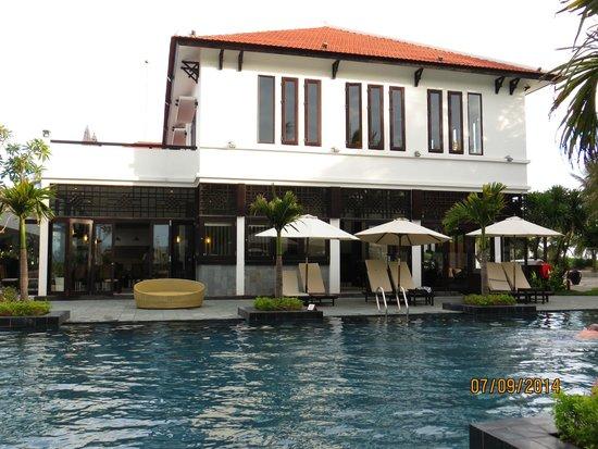 Hoi An Beach Resort: Pool and bar