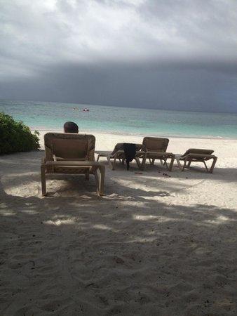 Pineapple Beach Club Antigua : Relaxing on the beach.