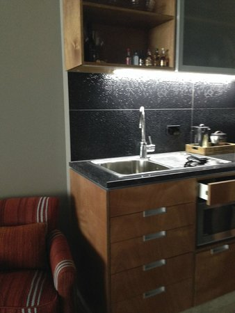 King and Queen Hotel Suites : Full Kitchenette