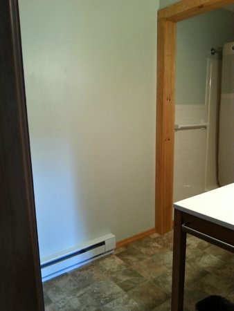 Hillwinds Lodge: Clean bathroom, spacious bathroom