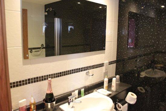 Adelphi Portrush: Bathroom