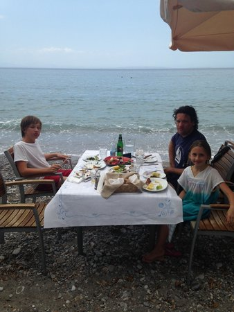 Zavalis Taverna: Table on the beach