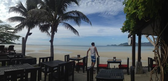 Baan Haad Ngam Boutique Resort & Villas : the beautiful beachfront seating during breakfast during low tide