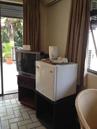 Aquarius On The Beach : Ocean view room - tv and fridge