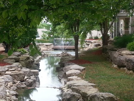 Wyndham Branson at The Meadows: A stream wound through the resort. If we stay again we would ask for rooms with a view of the st