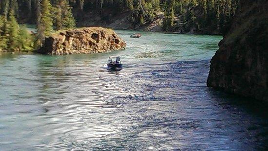 Miles Canyon : Boats, Canoes and Kayaks coming through.