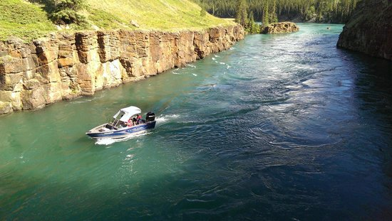 Miles Canyon : Boat coming through the canyon