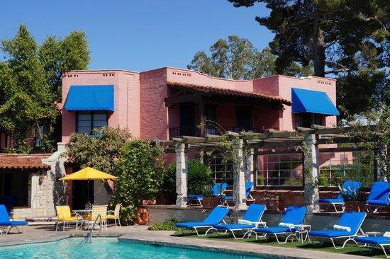 Arizona Inn: Yellow umbrellas!