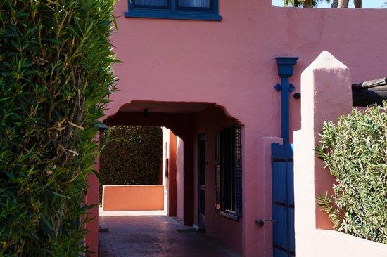 Arizona Inn : On way to pool