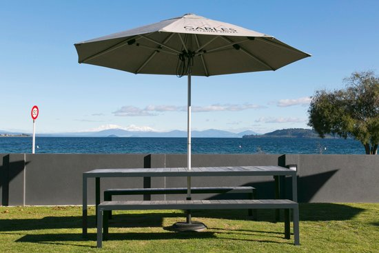 Gables Lakefront Motel : Great outdoor seating and those views....