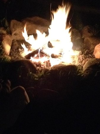 Somerset Inn: Evening under the stars at the fire pit by the lake