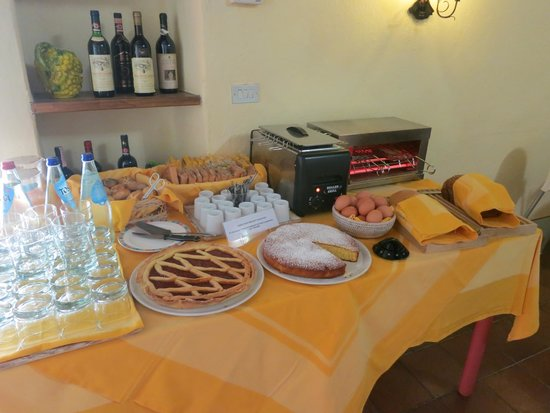 Villa Le Barone: Part of breakfast buffet- eggs, toast, cakes, juice
