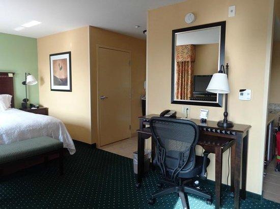 Hampton Inn & Suites Seal Beach: room
