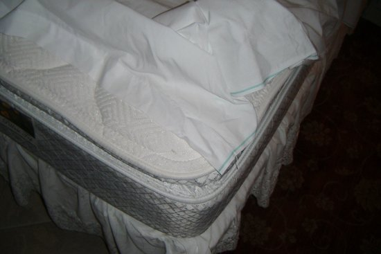 Edgewater Beach and Golf Resort: No fitted sheets gross bed #505 Leeward