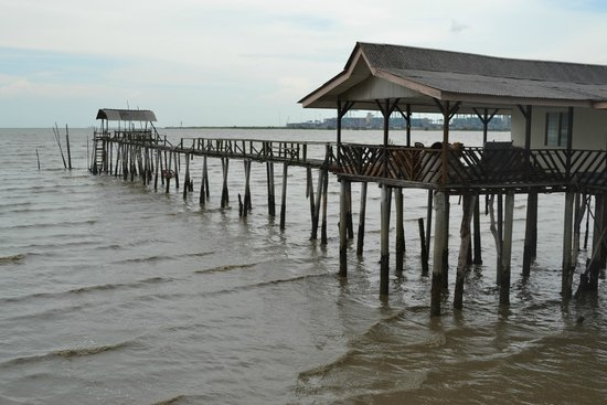 Yeo's Seafood Restaurant: Wooden jetty