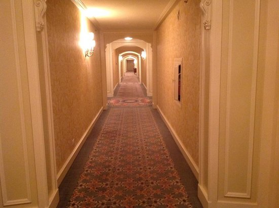 Little America Hotel: Lovely hall to our room