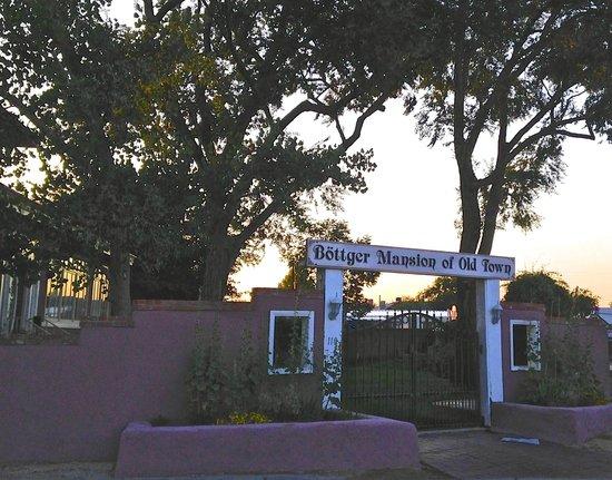 Bottger Mansion of Old Town: Entry to Bottger Mansion at Sunset