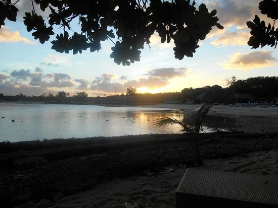 Breakas Beach Resort Vanuatu : Sunset across the beach