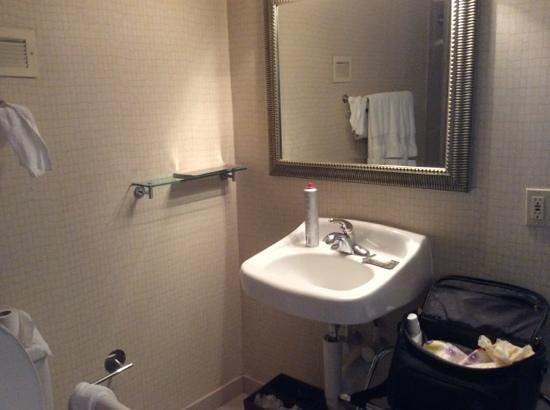 Doubletree Dallas Near the Galleria: Not much room to put things. (handicap room)