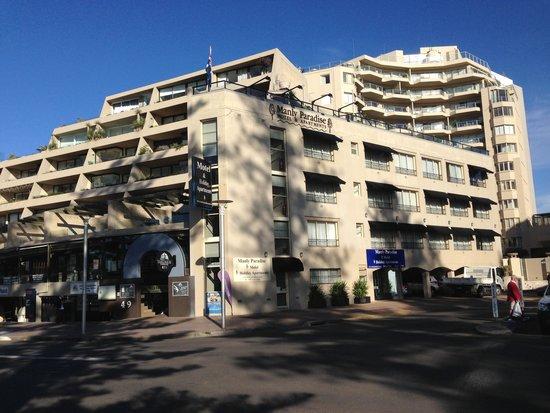 Manly Paradise Motel & Apartments: Hotel é o prédio de 3 andares à direita