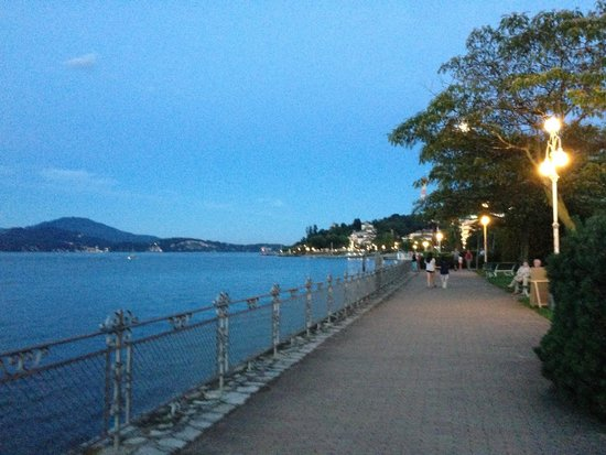 VIlla Maurice: Strolling by the water at night