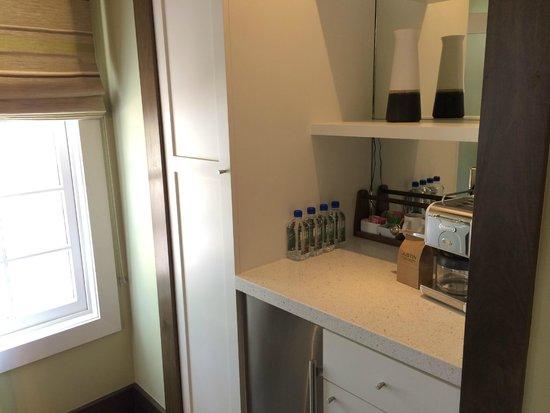 JUST Inn : Bar/Kitchen area in Savant Suite