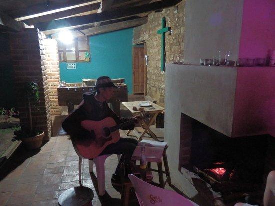 Puerta Vieja Hostel : El cocinero tocando la guitarra