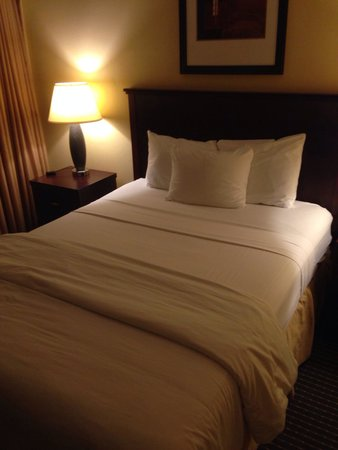 Garden Inn & Suites: Room's bed