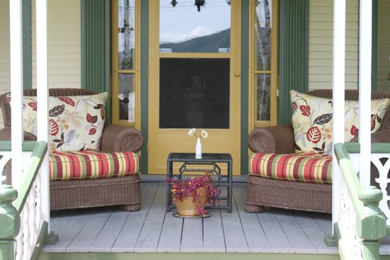 Country Driving Tours of Vermont: Picnic lunch on the veranda at Dream House Country Inn