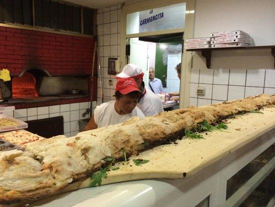 La Carmencita: Un buonissimo panuozzo offerto ai clienti in attesa delle pizze