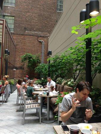 Fairfield Inn & Suites New York Midtown Manhattan/Penn Station: Outdoor breakfast area