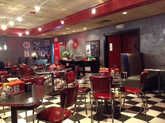 The Roundabout Diner & Lounge : Bright, clean and attractive dining room