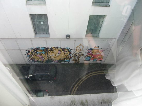 Premier Inn Belfast City Cathedral Quarter Hotel: view of alley graffiti from our room
